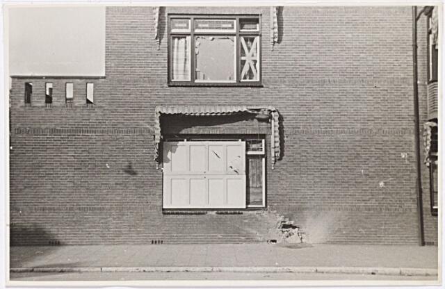 012240 - WO2 ; WOII ; Tweede Wereldoorlog. Bevrijding. Een door een granaatinslag getroffen woning aan de Nieuwe Bosscheweg