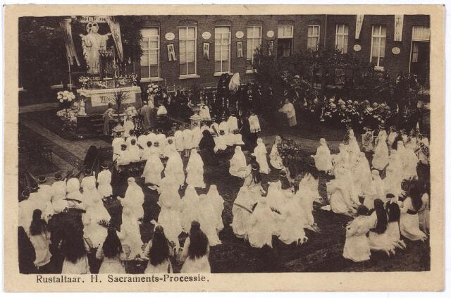 001758 - Processies. Oude Dijk, klooster van de zusters van liefde. Deelnemers aan de Sacramentsprocessie bij het rustaltaar voor het H. Hartbeeld in de binnentuin.
