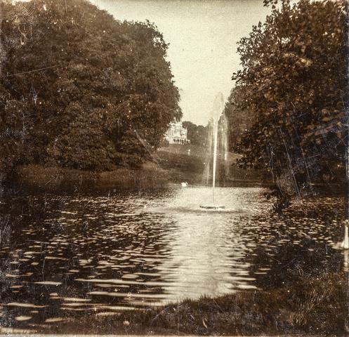 653555 - Villa Geldersch Hof, tuin met fontein. (Origineel is een stereofoto.)