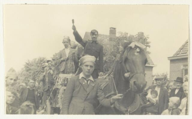 90879 - WOII; WO2: Made en Drimmelen. Bevrijdingsfeest 1945, met een 'namaak hitler'op een kar