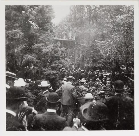 042613 - Een grote groep belangstellenden in de tuin van de NK Harmonie aan de Stationsstraat ter gelegenheid van een militair muziekfeest dat in juni 1905 in Tilburg plaatsvond