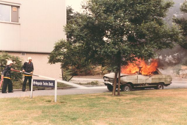 651490 - VOLT, Tilburg.Noord.04-09-1984. In verband met de feestelijke in- gebruik name van een nieuwe brand- weer wagen werden ook blusdemonstraties gegeven. Hier het blussen van een personen auto.