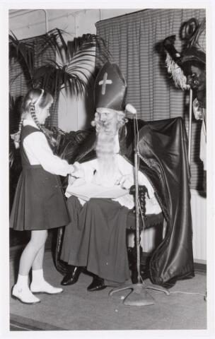 038734 - Volt. Oosterhout. Sint Nicolaasviering voor de kinderen van het personeel in 1959. Fabricage- of productie vond in Oosterhout plaats van april 1951 t/m 1967. Sinterklaas. St. Nicolaas