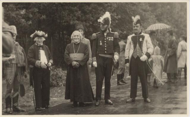 048978 - Festiviteiten te Tilburg b.g.v. het 50-jarig regeringsjubilé van Koningin Wilhelmina op 6 september 1948. Aankomst van koning Willem II bij de 'Vier Winden' aan de Bredaseweg ter hoogte van het oud Belgisch lijntje.  Verslag over deze festiviteiten met optocht staat in het Nieuwsblad van dinsdag 7 september 1948. vlnr: Frans van Nunen, Herman Dröge, Ben Carlier, Aug. Buddemeijer, Nico Bakx.