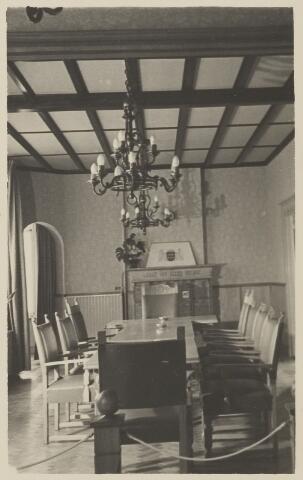 058692 - Interieur raadzaal gemeentehuis. Ingebruik genomen op 6 september 1952.