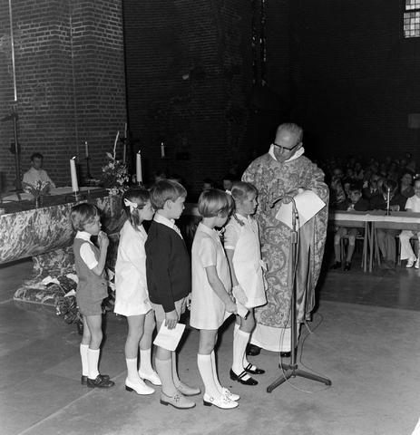 1237_012_983-4_003 - Religie. Kerk. Communicanten. De eerste Heilige Communie in de Maria Boodschap kerk in Goirle in mei 1971.