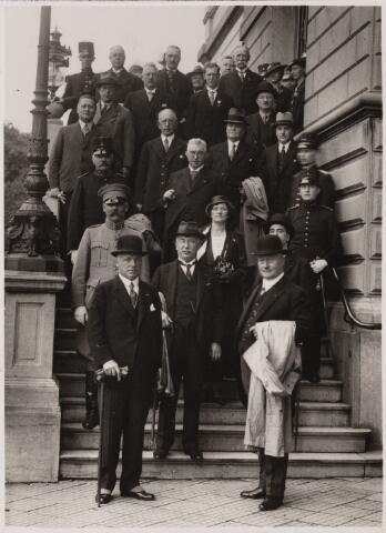 101797 - Officiele ontvangst op het gemeentehuis van de minister met op de voorgrond links minister Dekkers en rechts burgemeester Vonk de Both