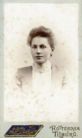 602420 - Petronella Maria van Pelt, geboren op 14 mei 1877 te Tilburg als dochter van wever Norbertus van Pelt en Johanna Bertens. Petronella huwde op 10 september 1902 te Tilburg met Goirlenaar Hendrikus Joseph van Dun. Na haar huwelijk verhuisde zij ook naar Goirle. Op 25 mei 1954 overleed zij te Goirle.