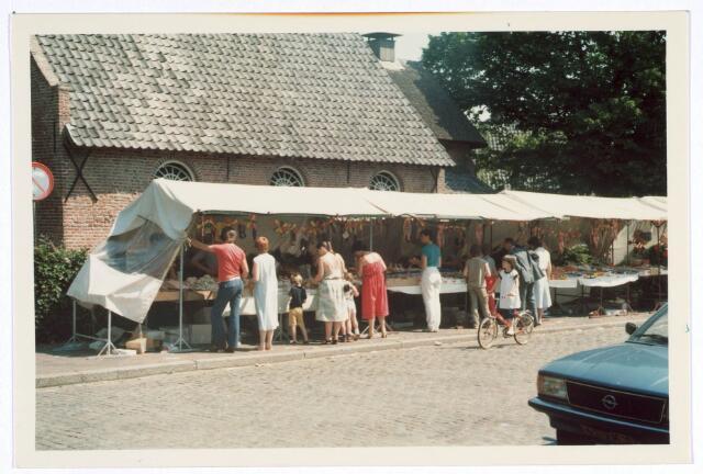 020323 - Kraampjes naast de Hasseltse kapel in de Mariamaand mei van 1982. Er was snoepgoed, eetwaar en devotie-artikelen te koop