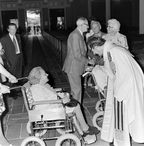 1237_006_246-4_005 - Kerk. Religie. Heilige mis. Katholiek.  De moderne wijding van Pater J. Wijnen door bisschop Bluyssen in juni 1973.