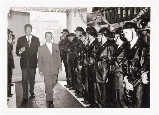 039465 - Volt, Zuid. Hulpafdelingen, Brandweer. Op 25 juni 1962 vierde de heer G. van Peer zijn 25-jarig  bedrijfsbrandweer-jubileum bij Volt. Naast de heer van Peer de heer van Rouwendaal.