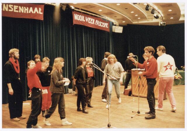 043400 - Op 27 oktober 1984 werden allerlei festiviteiten en herdenkingen gehouden b.g.v. 'Tilburg 40 jaar bevrijd'. Hier een uitvoering in de Studiozaal van de Schouwburg.