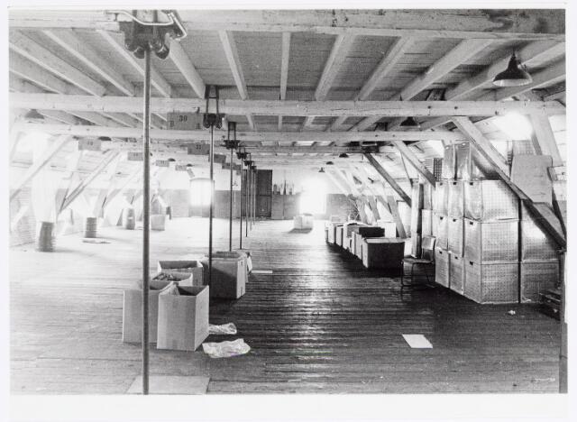 037957 - Textiel. Magazijnruimte op de vierde verdieping  van de hoogbouw van wollenstoffenfabriek George Dröge aan de Goirkestraat. Dit gebouw, nu onderdeel van het Nederlands Textielmuseum, was destijds het hoogste fabrieksgbouw van Tilburg