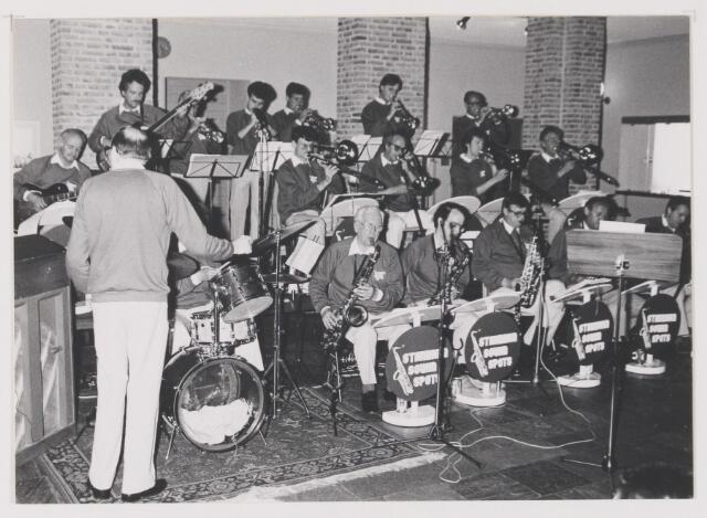 081719 - K.A.M. 1987. Optreden van de Standard Sound Spots in het gemeentehuis van Rijen