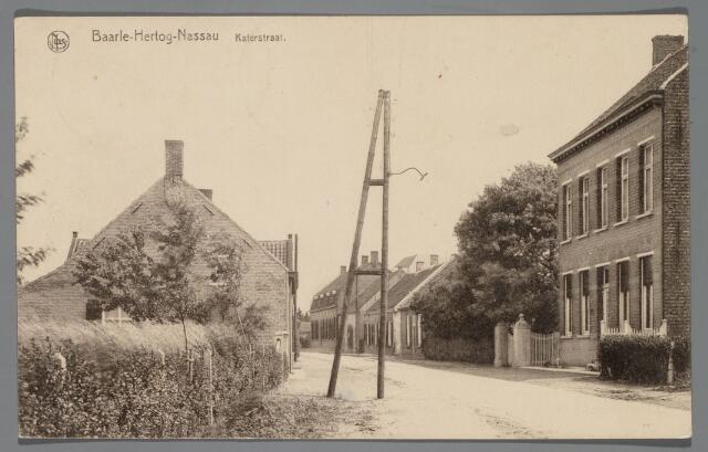 """065569 - Inkijk in de Pastoor de Katerstraat te Baarle-Hertog; rechts het woonhuis van brouwer Van Bael en het laatse huis aan de rechter kant is thans het café """"Den Bonten Os"""""""