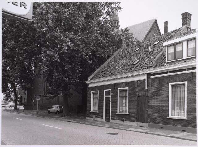024993 - Pand Laarstraat 2 omstreeks 1982. Links op de achtergond het Korvelplein