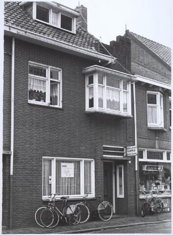 024443 - Dames- en herenkapper en een tabakswionkel aan de Korte Schijfstraat medio 1967