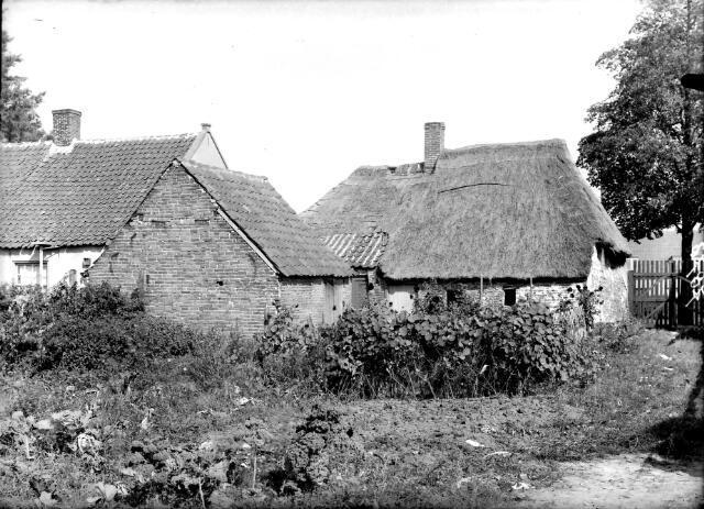 650597 - Schmidlin. Vervallen woning aan de Heiningstraat, huidige Transvaalstraat, wijk Oerle, omstreeks 1960