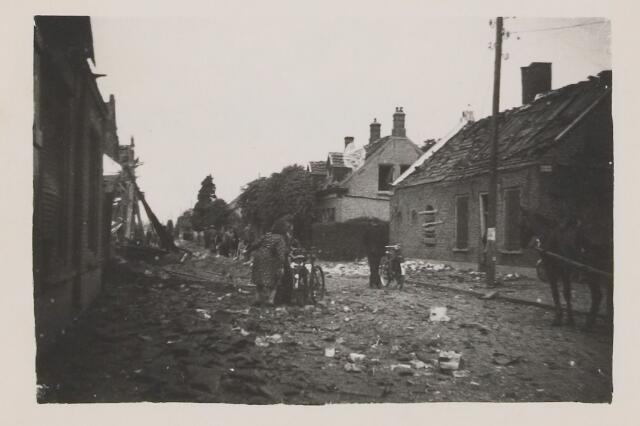 082213 - WOII; WO2; Schade door het bombardement. In dit deel van de Oranjestraat vielen veel bommen.