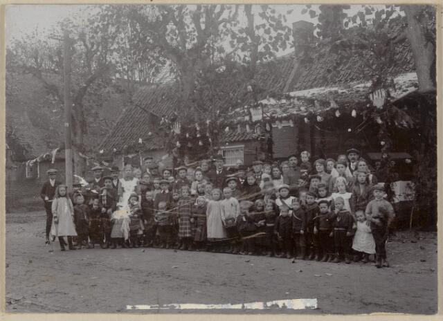 88799 - Bewoners wijk 't Zand (Hoofdstraat 44) in 1913 tijdens viering 100 jaar 0nafhankelijkheid + inhuldiging nieuwe burgemeester.