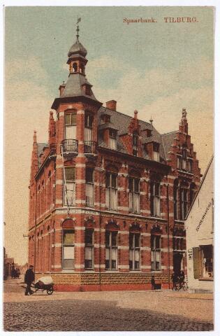 001729 - Noordstraat met links de Korte Schijfstraat. Op de hoek van deze straten het pand van de Vereeniging Tilburgsche Spaarbank (huisnummer Noordstraat 123 (bovenwoning) en 125), gebouwd in 1910 in neo-renaissance stijl door architect F.C. van Hoof. De bank werd opgericht in 1871 door o.a. notaris J.F.J. van de Mortel. De eerste boekhouder, M. Reijns, geboren in 1835, overleed te Tilburg op 21 december 1913, Naast boekhouder was hij ook werkzaam in het onderwijs. Hij was o.a. directeur van de rijksnormaalschool in Tilburg en leraar aan de rijksnormaalschool in Dongen en de burgeravondschool in zijn geboorteplaats. Volgens een bericht in de krant deed hij zijn werk 'met lust en opgewektheid', maar voor zijn leerlingen kon hij ook 'streng en ruw' zijn. De bovenwoning nr. 123 werd in 1918 betrokken door Jules Joseph Marie Gimbrere, arts in de 'gynacologie', en zijn vrouw Elisabeth H. Aghina, neus-, keel- en oorarts. Na enkele jaren verhuisden zij naar de Heuvel.  Rechts op de hoek het pand Noordstraat M1076, later Noordstraat 104. Hier woonde de schoenmakersfamilie Dudar. Het pand is later gesloopt om plaats te maken voor een plantsoen op de hoek Noordstraat/Stationstraat. Door sloopplannen van de gemeente, die niet door zijn gegaan, verhuisde de spaarbank naar de Tivolistraat. In de gevelband is het opschrift 'Vereeniging Tilburgsche Spaarbank' nog aanwezig.