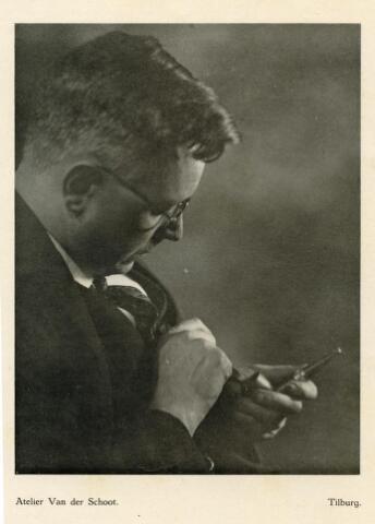 """601772 - Fotograaf Piet van der Schoot (1896-1960) maakte dit zelfportret tijdens het stoppen van zijn pijp. De foto werd, samen met andere exemplaren, door Piet ingestuurd naar het blad Bedrijfsfotografie van de Nederlandse Fotografen Patroons Vereniging (NFPV). De ingezonden fotoreportage had als doel te demonstreren dat men met kunstlicht hetzelfde moooie effect kon verkrijgen als met verspreid daglicht. Redacteur Adriaan Boer, een toonaangevende fotograaf, was zeer enthousiast over de foto´s van Piet.  Piet van der Schoot schreef zelf; """"Deze foto´s zijn opgenomen met electrisch licht en wel met Argentalampen van Philips, en wel vier stuks van 400 Watt ieder. Verder één lamp voor spotlight van 500 Watt. De afrdukken zijn alle op Palion Portretbruin half mat, wit."""""""
