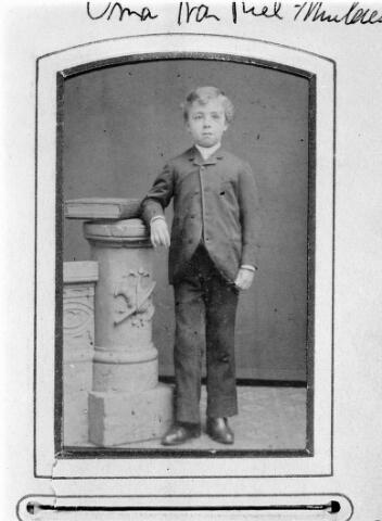 048476 - Joannes Josef Mulders, geboren te Tilburg op 14 februari 1879, zoon van timmerman Johannes Mulders en Gerardina Kasteleijns. Hij overleed te Tilburg als weduwnaar van Joanna Petronella Maria Vogels op 19 december 1964. Hij was broodbakker aan de Watertorenstraat nr. 1.