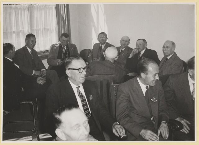 080789 - Stichting Udenhouts Belang, opgericht  10-03-1959. Groepsfoto. Rokende mannen met bloem op de revers. Vooraan links (met bril) Ad van de Plas, rechts Frans Kuijpers (wethouder).