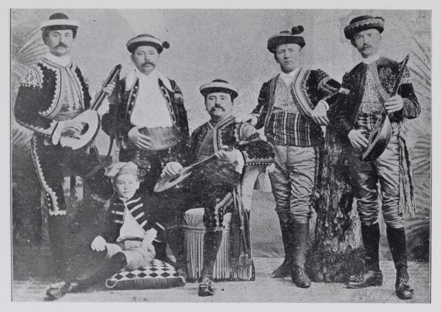 048863 - Feest van het 50-jarig bestaan van de sociëteit Nieuwe Koninklijke Harmonie 1893. Groep uit praalwagen Serenade Espagnole no. 8