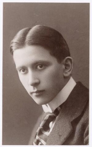 047687 - Architect Theodorus Josephus Taen geboren te Berlijn 12 december 1889, overleden te Boxtel 30 oktober 1970. Hij studeerde architectuur in Aken. Hij ging wonen en werken bij de architect Eduard Cuijpers in Amsterdam. Hij was in 1921 de architect van het nieuwe Goirlese gemeentehuis.