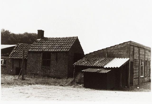 032945 - Bijgebouwen behorende bij het woonhuis aan de Stokhasseltlaan 19, eigendom van de weduwe Klomp.