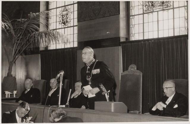 103432 - Afscheid burgemeester mr. E.H.J. baron van Voorst tot Voorst. Openbare raadsvergadering. vlnr: wethouder Krügers, Van Ierlant, Janssens, burgemeester, gemeentesecretaris  De Mast.