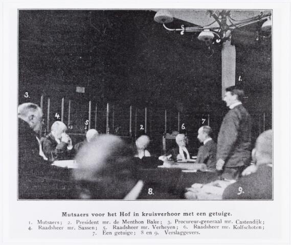 007217 - Mutsaers voor de rechtbank in ´s-Hertogenbosch. Van het proces in Breda bestaan geen foto´s. Blijkbaar was het in die tijd toegestaan tijdens de terechtzittingen foto´s te maken. De foto is een onderdeel van de serie die de Wereldkroniek in juni 1902 afdrukte bij een reportage over de zaak. De getuige nr. 7 kon niet meer geindentificeerd worden. (Maria Kessels)