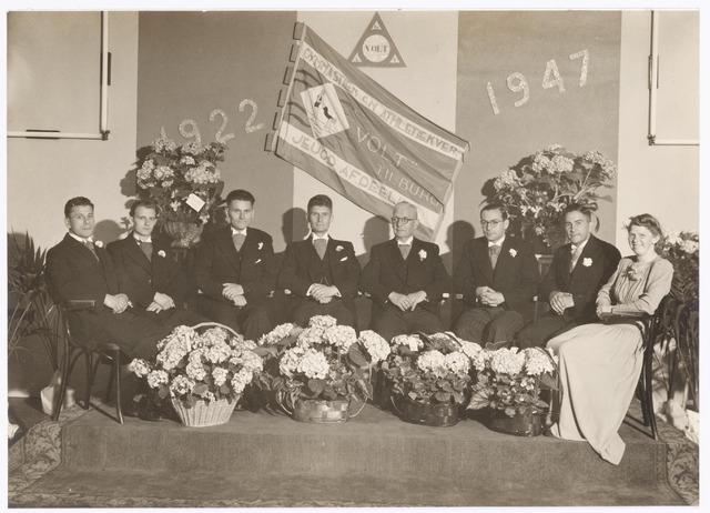038810 - Volt. Sport en ontspanning. In 1947 werd het 25 jarig bestaan van gymnastiekvereniging Volt gevierd. Hier een foto van het toenmalige bestuur met v.l.n.r.: de heren Christ Boeren, Wim van Gastel, André Jansen, Jo Vermeulen Jr., voorzitter, Vermeulen Sr. oprichter, Herbert Rutten, Bas Boeren en Mw. Mientje Pijnenburg.