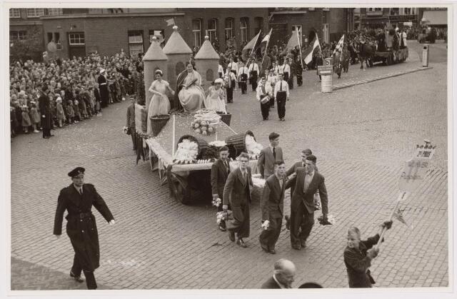 043135 - Wol- en bloemencorso b.g.v. het 10-jarig bevrijdingsfeest. Wagen van Wijk en Winkeliersvereniging 'Piusplein'.
