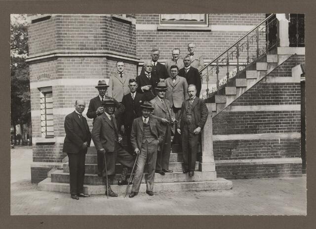 075517 - Bezoek van de griffiers van staten op 20 mei 1932. 3e rij links dhr. Verwiel, achterste rij 2e van rechts gem. secr. de Valk.