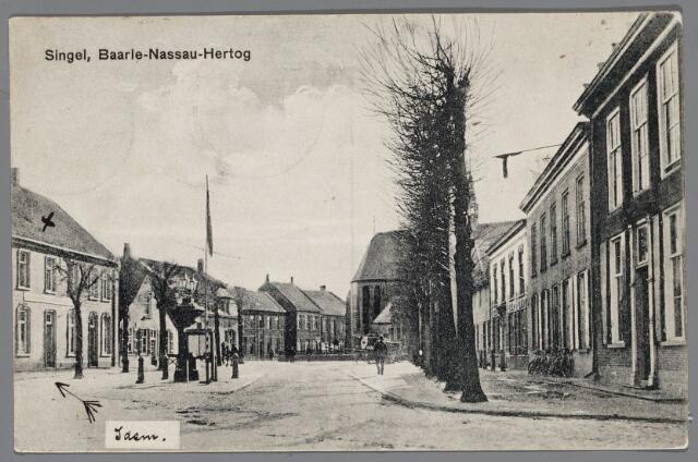 """065591 - Inkijk in  de Singel; rechts het oude gemeentehuis gebouwd in 1637; links hotel """"De Engel"""" toen bewoond door wed. van Looveren-van Gorp; het pand daarnaast was van 1902 tot 1908 een toevluchtsoord voor de paters van het H. Sacrement, die door de kerkvervolging uit Frankrijk waren verdreven. Daarnaast woonde de gemeentesecretaris van Baarle Nassau de heer A Dirven."""