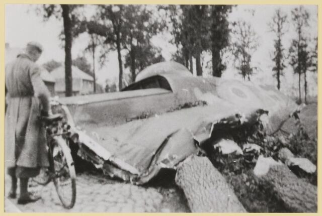 077501 - Tweede wereldoorlog 1940-1945. De Halifax Pathfinder die tussen Helvoirt en Udenhout neerstortte. Op de achtergrond de woningen Biezenmortelsestraat 29 en 31