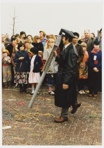 068325 - Carnaval. Een onbekende eenling in de carnavalsoptocht van 1980