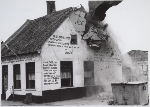 026164 - Op 11 juni 1982, precies om 15.00 uur, begon de firma Van Hees met de sloop van garage Oppermans aan het Lijnsheike, waarmee een einde kwam aan een langdurig conflict tussen eigenaar en gemeente