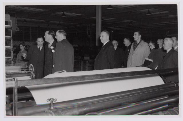 037699 - Textiel. Prins Bernhard krijgt uitleg van directeur Hein Enneking sr. van wollenstoffenfabriek H. F. C. Enneking over de werking van een kettingscheermachine tijdens zijn bezoek aan de fabriek op maandag 13 november 1950