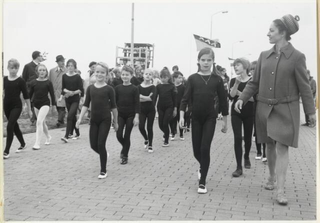 91677 - Made en Drimmelen.  Ook de meisjes van de ballet / dansgroep lopen mee in de parade ter gelegenheid van de officiële opening van Jachthaven De Biesbosch.