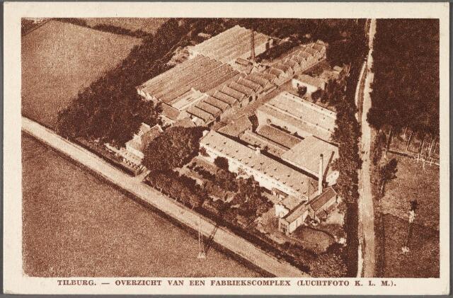 010326 - Luchtfoto van het fabriekscomplex de wolspinnerij Pieter van Dooren aan de Hilvarenbeekseweg, gesloopt in 1975. Rechts van de fabriek loopt het riviertje de Leij.