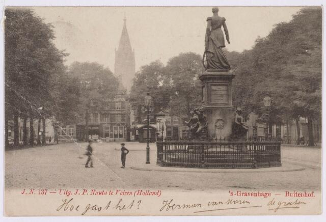 021429 - Standbeeld van koning Willem II in zijn oorspronkelijke omgeving op het Buitenhof te Den Haag omstreeks 1902