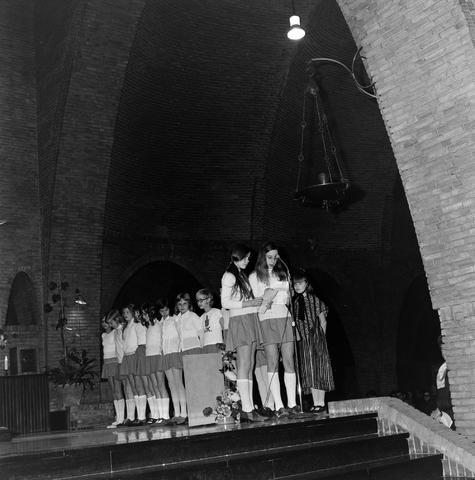 1237_006_247-1_003 - Religie. Kerk. Geloof. Katholiek. Heilige mis.  Wijding tot diaken van Pater J. Wijnen in november 1972. In de Sint Theresiakerk.