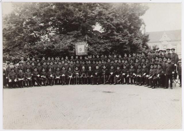 065069 - Politie. De afdeling Tilburg van de R.K.Politiebond St.Michael vierde haar 4e lustrum met o.a. een groepsfoto op de Heuvel. De afdeling Tilburg was de oudste afdeling van deze bond.