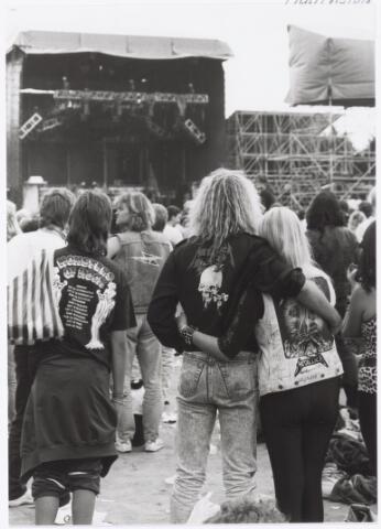 043411 - In het stadion te Tilburg werd op 4 september 1988 een rock festival genouden onder de naam Monsters of Rock.