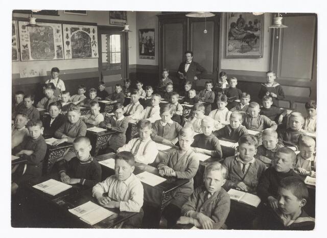 051331 - Basisonderwijs. Klassenfoto r.k. lagere school. St. Paulus school. Deze school was toen nog een jongensschool. De onderwijzer achteraan is Th.J.J. Smulders.
