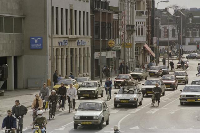 TLB023000032_002 - Heuvel en Heuvelring vanaf het viaduct Spoorlaan. Foto genomen in kader verkeerssituaties