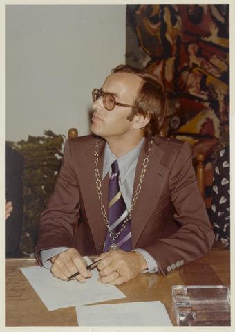 89039 - De nieuw geïnstalleerde burgemeester van Terheijden, dhr. J. van Maasakkers, luisterend  naar de toespraken